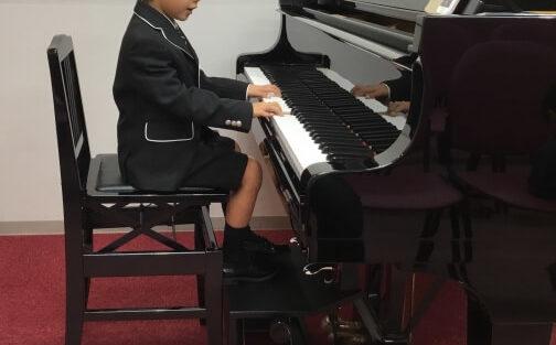 ピアノの補助ペダルは身長がどのぐらいでいつまで必要?付け方について紹介!